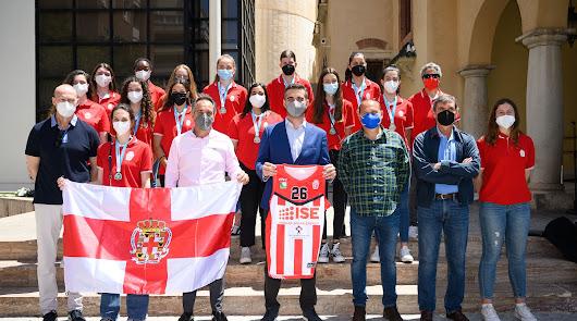 El alcalde entrega la bandera de la ciudad a ISE CB Almería Junior