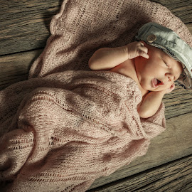 Newborn Vik by Dennis Nieling - Babies & Children Babies ( tiny, sweet, vik, baby, newborn )