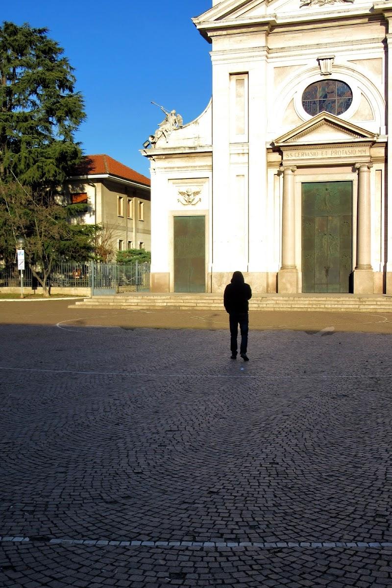 uomo solotario con cappuccio di c