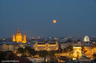 Photo: A hold Budapest felett