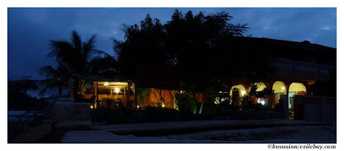 Photo: terasse du Busua inn à la tombée de la nuit, busua beach Ghana