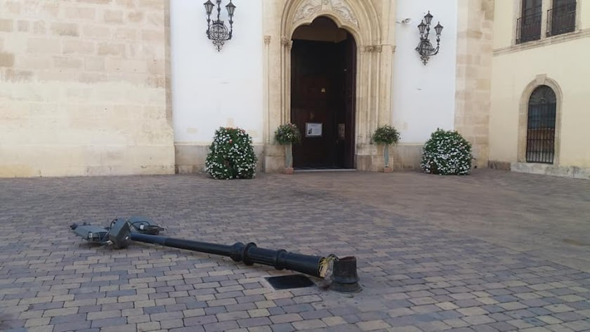 Farola derribada en la Plaza Virgen del Mar