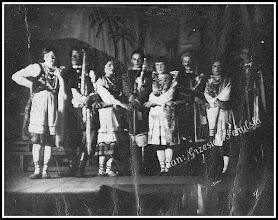 Photo: Niezidentyfikowane przedstawienie teatralne lub występ rudnickiej młodzieży (z domowego archiwum Rodziny Urbanów)