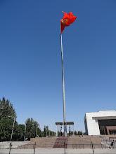 Photo: Náměstí dominuje obrovská kyrgyzská vlajka u které stojí denně dva vojáci.