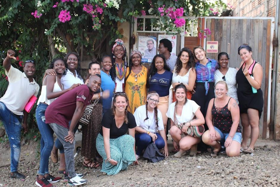 Foto espontánea de algunas de las voluntarias de MmM que visitaron la Pastoral Afro y agentes de Pastoral en su paso por Alto Panorama, en Yumbo.