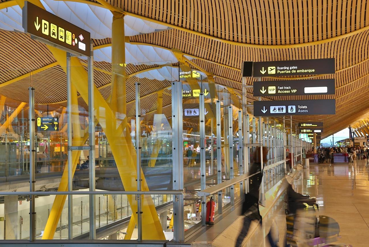 Obraz zawierający budynek, stół, żółty, siedzi  Opis wygenerowany automatycznie