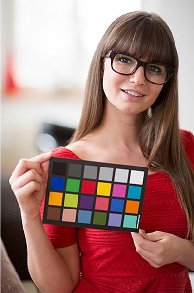 Применение таблицы SpyderCheckr 24 в качестве калибровочной карты перед началом портретной фотосессии.