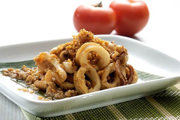 魷魚切圈後在料理應用上很方便,煎、煮、炒、炸都好用。<br>其中蒜香魷魚是小編自己很推薦的一道料理,方便快速又好吃下飯。