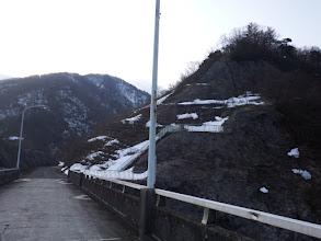 橋を渡り林道を奥へ