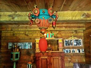 Photo: Ūkiniuose pastatuose įrengta tautodailininko (?) paroda. Labai spalvota, graži ir nelietuviška.