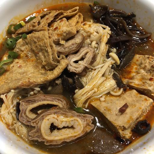 華榮店 底料木耳金針菇豆皮份量很夠 豆腐入味辣得很爽口 加點的肥腸軟Q不膩沒有腥味  鴨血一般 人員服務很親切