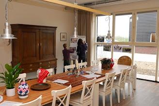 Photo: Stichting Vrienden Op Aarde richten zich in in de eetkamer van de zorgboerderij