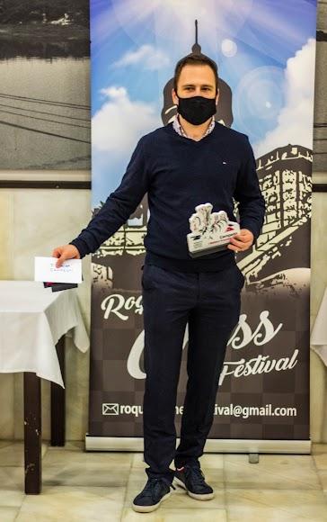 Daniil Yuffa mostrando sus premios en Roquetas.