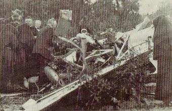 Photo: 1937 De vliegramp in de nabijheid van het Luciagesticht met de Koolhoven FK 41 van de Nationale Luchtvaartschool, gecrasht in de moestuin van landbouwer Van Haperen
