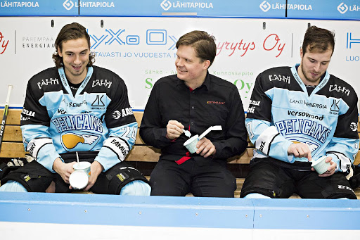 Hannes Björninen (vasemmalla) ja Jonatan Tanus pääsivät maistamaan uutta Pelicans-jäätelöä yhdessä Citymarket Paavolan kauppiaan Petri Putilan kanssa.