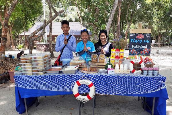 Enjoy a Thai lunch at the beach of Koh Rok