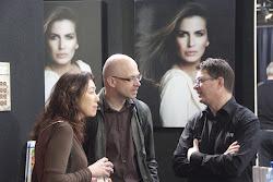 man en vrouw in gesprek met een standhouder