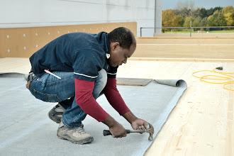 Photo: 08-11-2012 © ervanofoto Ook ons eigen personeel wordt bij het roofing leggen en branden ingezet.