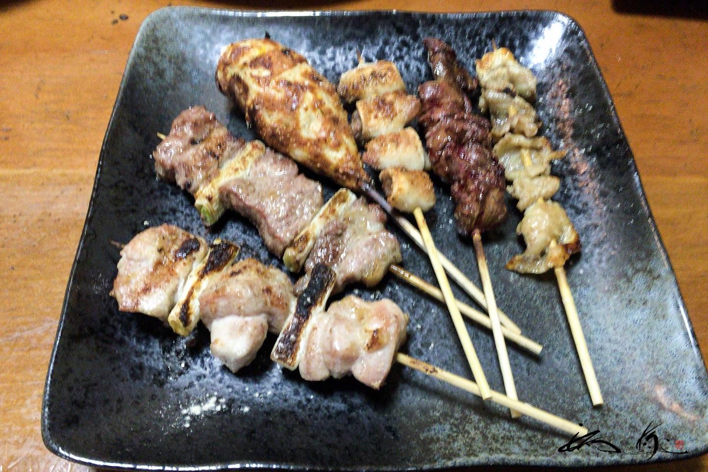 串盛り合せ:鶏・豚・つくね・レバー・舌コツ・鶏皮