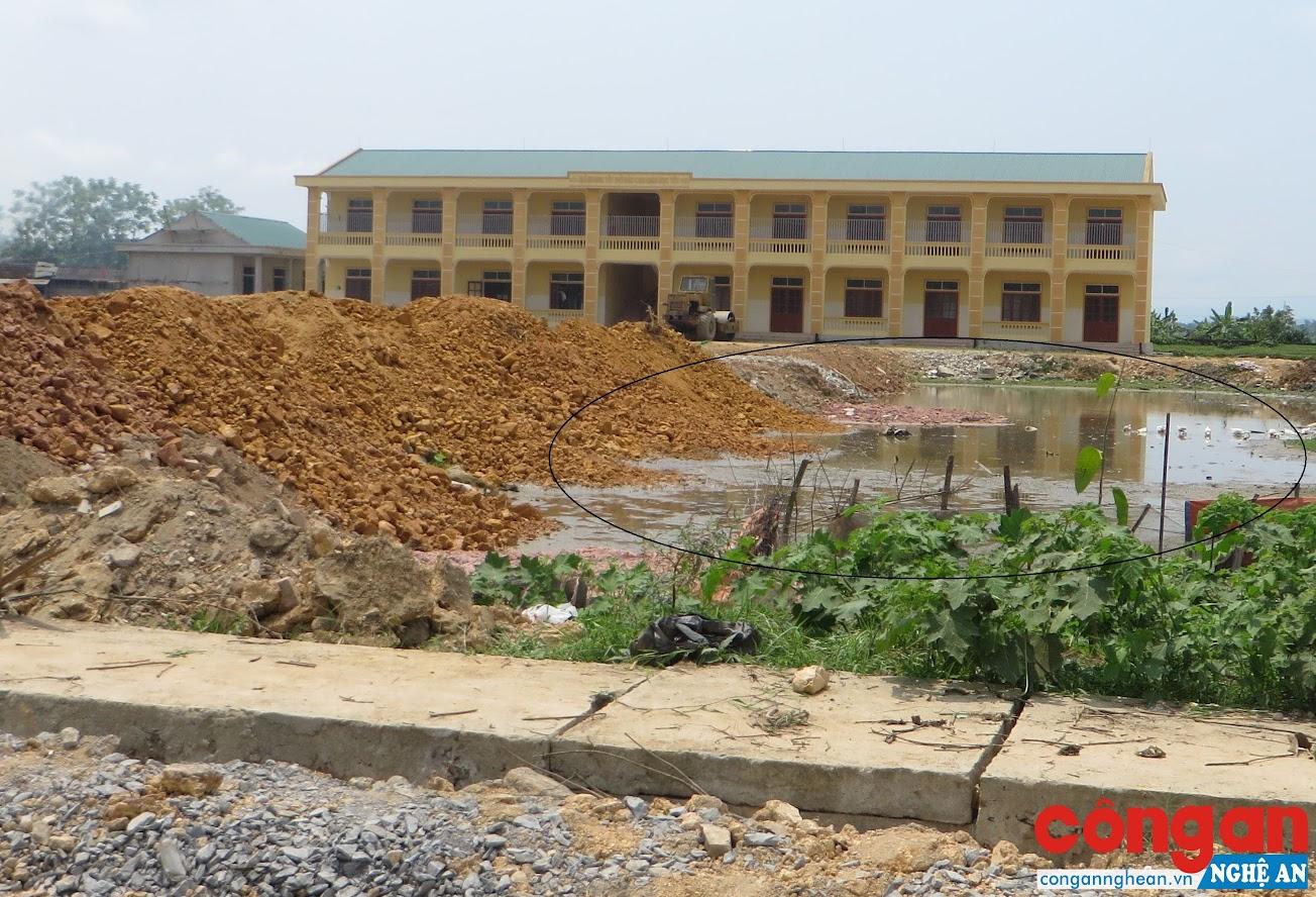 Việc san lấp mặt bằng khuôn viên Trường Mầm non xã Lưu Sơn khi chưa làm sạch bùn, nước