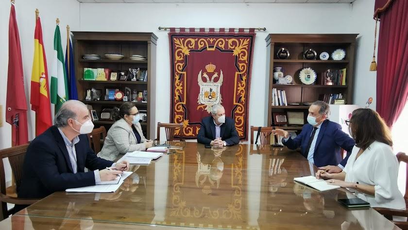 Reunión entre el equipo de gobierno veratense y el delegado.