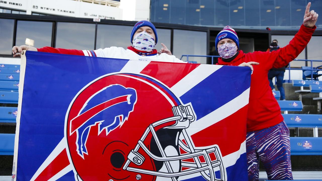 Người hâm mộ tự hào khoe lá cờ của đội Buffalo Bills