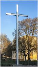 """Photo: - Crucea Glorioasa, redusa la scara (738 cm, cu bratele de 123 cm, albastra si alba cu bratele spre sud-est, in centrul Crucii cele Două Inimi Sfinte ale lui Isus şi ale Mariei - Un Dumnezeu , un Popor, poporul lui Dumnezeu ! - Crucea de la Dozule: Inalta de 738 m , de 6 ori lungimea bratelor, inaltimea Golgotei , construita la Dozule (Normandia) info de pe net - Calea Victoriei, Nr.3 A, Biserica Greco-Catolica """"Sfintii Apostoli Petru si Pavel"""" - 2018.04.08"""