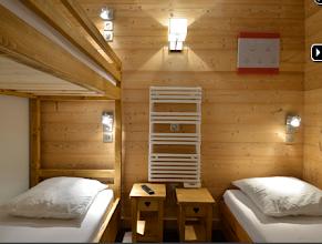 Photo: Chambre avec 2 lits superposés et 1 lit simple, couchage 80x190