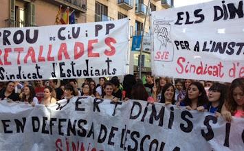 Photo: 17/10/2012 Manifestación de estudiantes de Secundaria en Barcelona.Decenas de alumnos de Secundaria han comenzado a manifestarse pasadas las 12 horas de este miércoles en la plaza Universitat de Barcelona, en una marcha estatal convocada por el Sindicato de Estudiantes (SE) en la segunda jornada de huelga de esta asociación contra los recortes educativos.BARCELONA SOCIEDAD EDUCACIÓN CATALUÑA ESPAÑA EUROPA SOCIEDAD