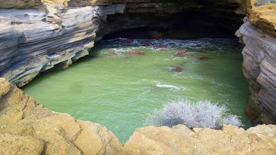 Photo: alte Einsturzhöhle mit Tunnel zum freien Meer