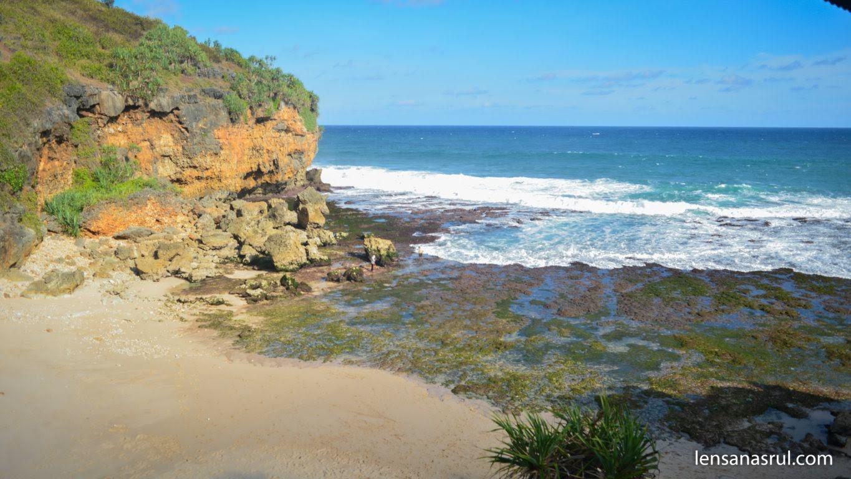 Saat air laut surut di pantai Ngeden Gunungkidul