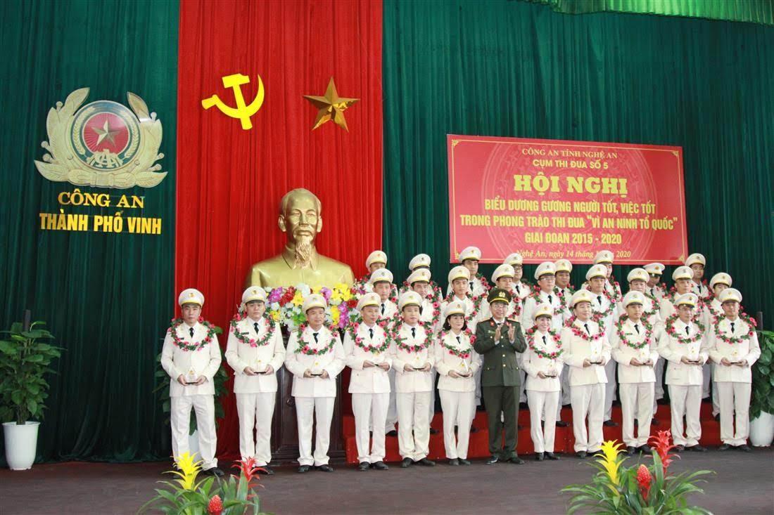 Đồng chí Thượng tá Nguyễn Văn Hùng, Trưởng phòng PX03 trao thưởng cho các tập thể đạt thành tích xuất sắc trong Cụm thi đua số 5.