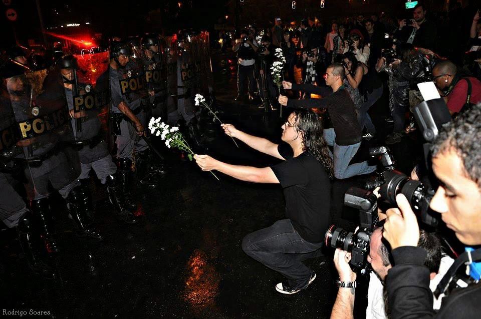 Foto: 10. Esse perigoso manifestante que tem uma ameaçadora flor. Vai que é uma flor bomba né minha gente?