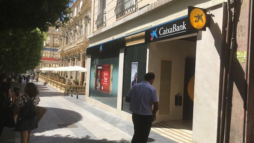 Oficina de CaixaBank situada en el Paseo de Almería.