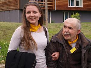 Une assistante et une personne avec un handicap mental de L'Arche à Dijon