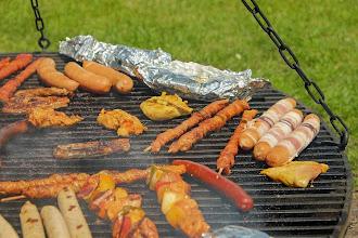 Zdjęcie: Kiełbaski, parówki, mięso... na grillu (fot. Couleur/Pixabay) -https://pixabay.com/pl/users/Couleur-1195798/