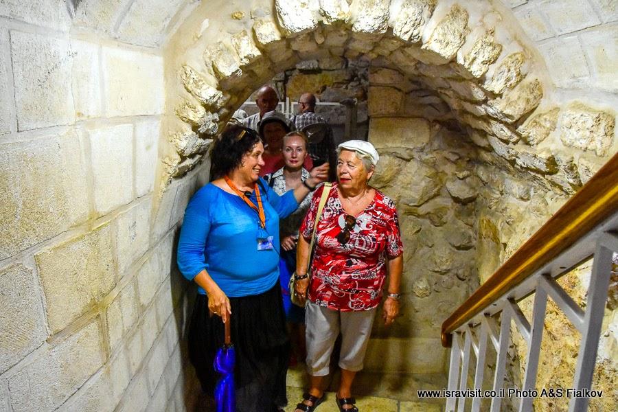 Гид в Израиле Светлана Фиалкова на экскурсии по Святым местам Галилеи - в крипте церкви Венчания или церкви Первого чуда. Кана Галилейская.