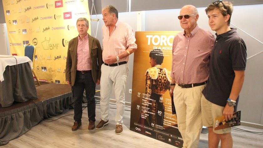 El representante de la empresa BMF, Óscar Martínez, con tres generaciones de la familia propietaria de la Plaza.