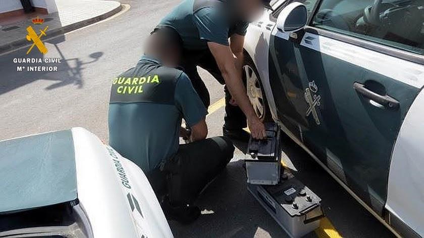Agentes de la Guardia Civil decomisando las baterías robadas.
