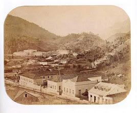 Photo: Vista aérea de Petrópolis. Ao fundo, à esquerda, Pálácio Imperial. Foto de meados do século XIX