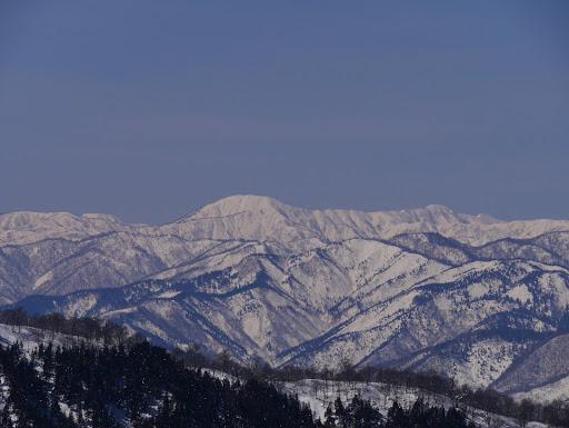 三ヶ辻山(中央)と人形山(中央右)