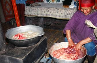 Photo: 03266 ハドブルグ家/羊の血のソーセージ作り