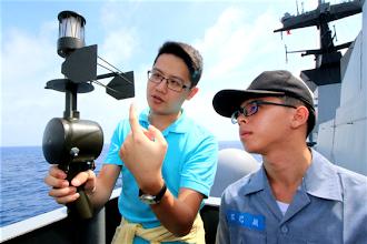 Photo: 艦船航行中,國防部特別安排了許多海軍基礎技能課程讓研習營師生們體驗學習。例如透過「風向風速儀」的測量,可以求取出航行中相對的風速與風向,雖然在自動化的軍艦中已鮮少使用,但不免遭遇電子設備故障時;因此,該項作業仍是海軍官兵們必須學習的基本技能之一,此次的教學,進一步讓學員們體認海軍專業職能的專精。(軍聞社周力行)