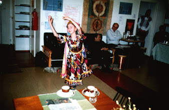 Photo: Yleisö ihaili Kumushkhanin kansallispukua ja tanssia.  Lahjakas tyttö Uzbekistanista valloitti yleisön.