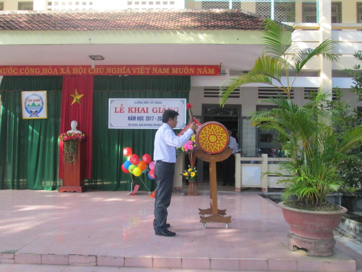 Đồng chí Trần Văn Hùng – Huyện ủy viên, Phó Chủ tịch Hội đồng nhân dân huyện Tây Sơn đánh trống khai trường, mở đầu một năm học mới.