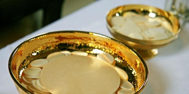 TIN NHANH: Linh mục người Ý phát hiện ra những Bánh Thánh 'phép lạ' vẫn tồn tại sau động đất