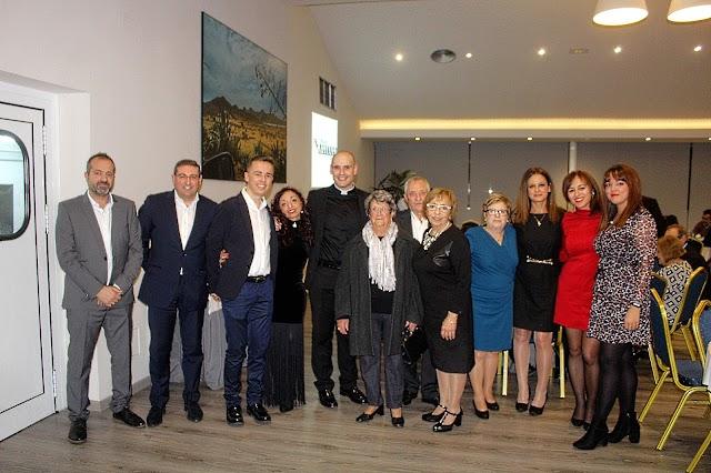 El alcalde de Terque junto al presidente de la Fundación y vecinos asistentes al acto.
