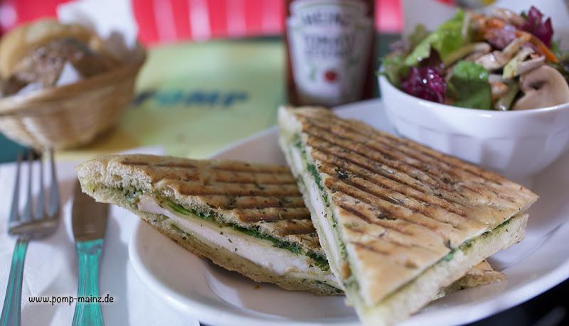 Photo: Focaccia  Knusprig gegrillt mit hausgemachtem Pesto und serviert mit Deli-Salat