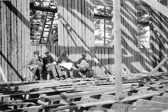 Photo: Vasselhyttans bygdegård 1922. Byggnaden uppfördes nästan helt ideellt av ortens befolkning. Virket kom från ortens skogar.