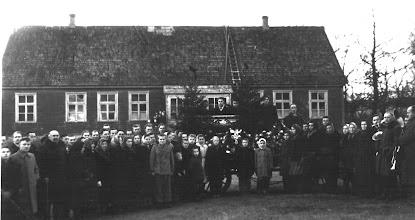 Photo: Į laidotuves susirinkdavo visas kaimas. 1944 m. laidoja ūkininkų Rupeikų augintinį Justiną Šakinį. Nuotraukoje matyti Izidoriaus Rupeikos namas, statytas 1924 m. Jame nuo 1949 iki 1964 m. buvo Aleksandravo septynmetė mokykla. Šeimininkas buvo ištremtas į Sibirą. Nuotrauka iš Stanislavos Stuopelytės asmeninio archyvo